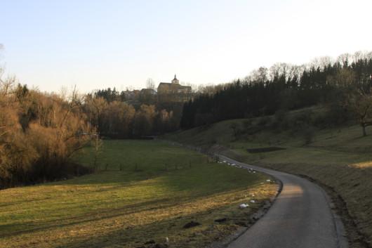 Auf dem Weg zurück Richtung Vellberg. Auf der Anhöhe die Stöckenburg.