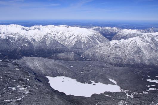 Blick auf den zugefrorenen Eibsee am Fuß der Zugspitze.