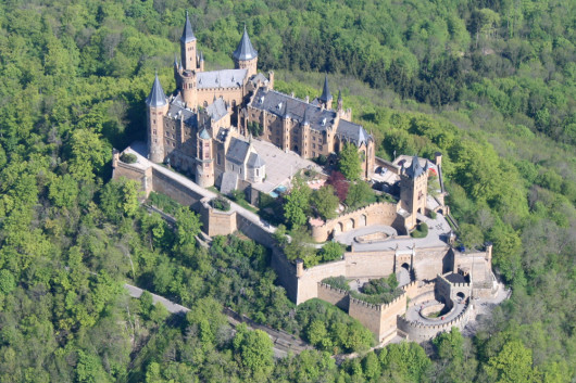 Die Burg Hohenzollern aus der Luft (Foto: Sven Scharr, aufgenommen Mai 2008)