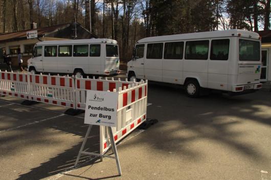 Shuttlebusse zur Burg hoch.