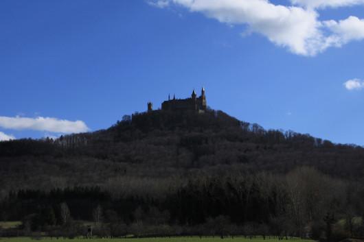 Die Burg thront schon von weit hin sichtbar auf dem Zollernberg.
