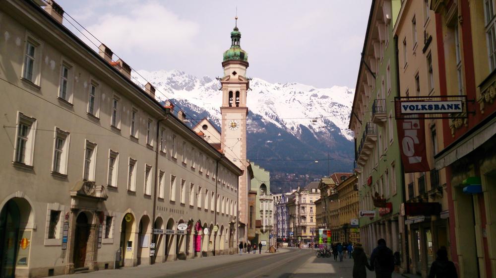 Eine der Haupteinkaufsstraßen in Innsbruck, im Hintergrund die Alpen.