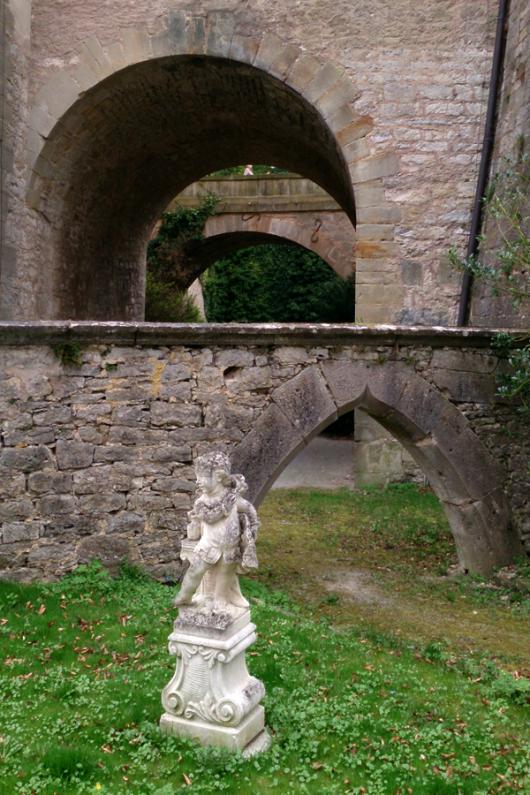 Mehrere Torbögen im Kirchberger Schloss.