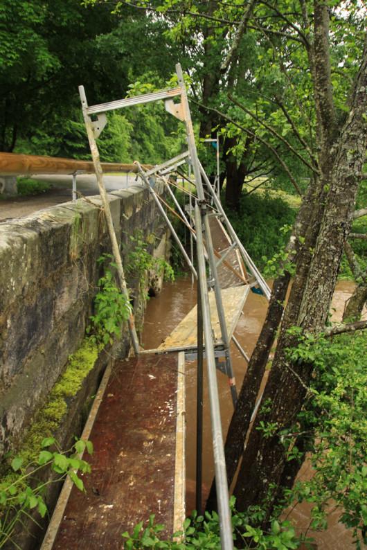 Das Gerüst an der Brücke wurde auch etwas weggespült.