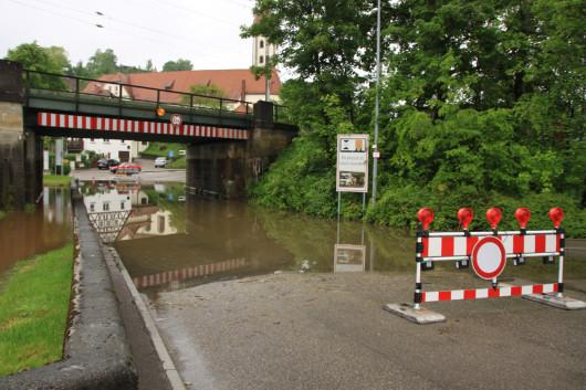 Fließt neben der Straße noch ein Bach in der Unterführung?