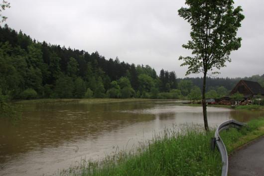 Das Jagsttal bei Schweighausen. Normal ist das Flussbett der Jagst hier 2-3 Meter breit.