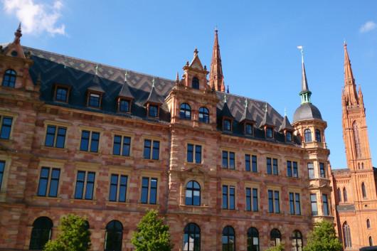 Wiesbaden mit dem Neuen Rathaus und der Marktkirche dahinter..