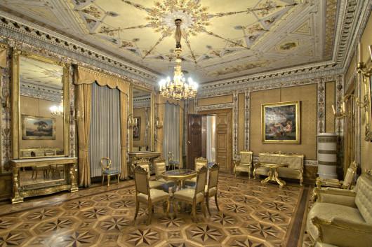 Der gelbe oder vielmehr goldene Saal im Schloss. (Foto: Ralf Roletschek)