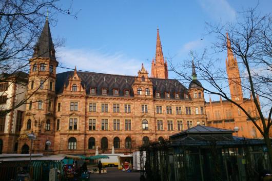 Der Wiesbadener Marktplatz. Im Hintergrund das Rathaus und die Marktkirche.