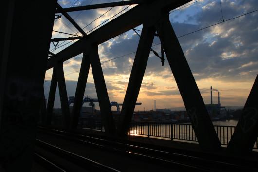 Sonnenuntergang auf der Kaiserbrücke zwischen Mainz und Wiesbaden.
