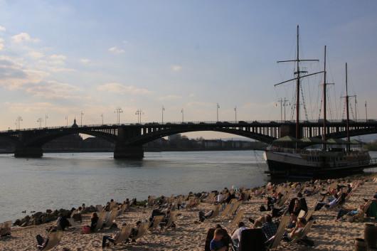 Freitagnachmittag am Rheinstrand an der Reduit.