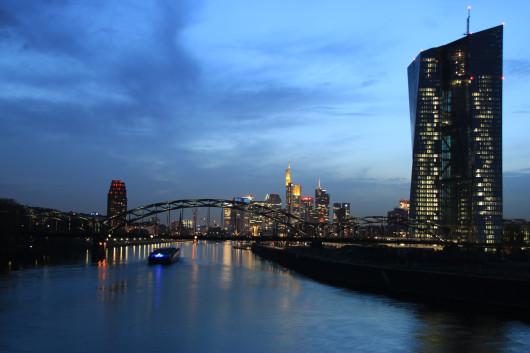Schon ein bisschen dunkler - rechts der neue EZB-Tower.