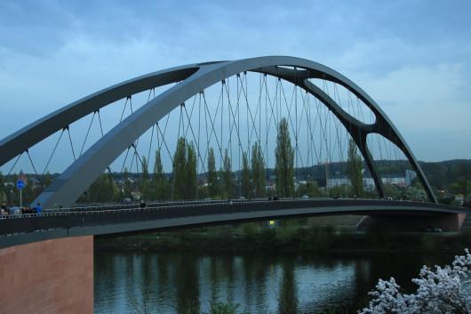 Die Frankfurter Osthafenbrücke bei Einbruch der Dämmerung.