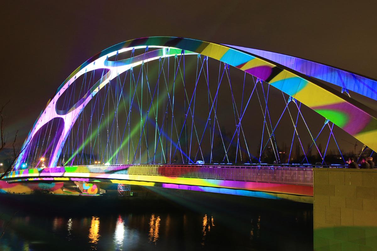 Die Osthafenbrücke während der Luminale 2014.