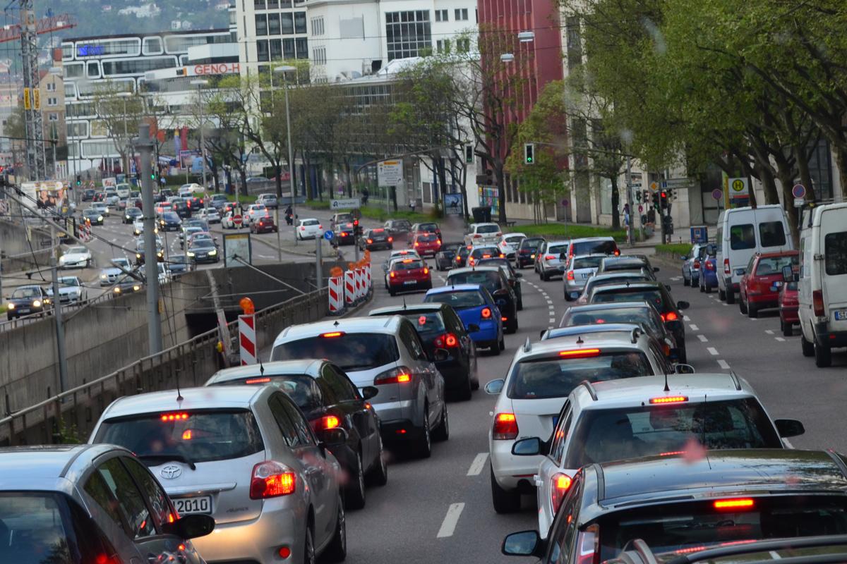 Stau im Stadtverkehr (Symbolbild) (Foto: Lukas Laszlo / Flickr)