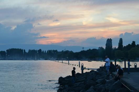 Der Genfer See vor Einbruch der Dunkelheit (Fotocredit: Niels Rohrweber)