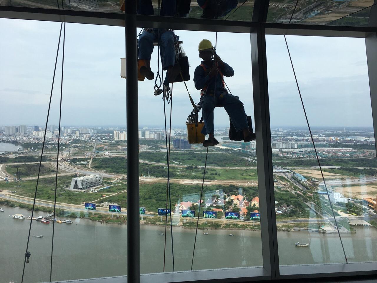 Zwei Fensterreiniger an der Außenfassade des Bitexo Financial Towers in schwindelerregender Höhe!