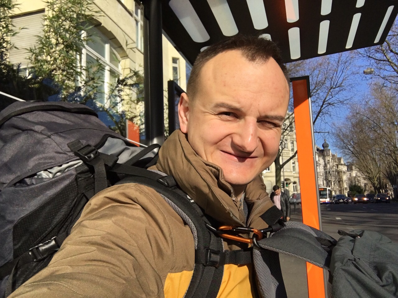 An meiner Wiesbadener Bushaltestelle war ich noch fit. Hier begann die Reise.
