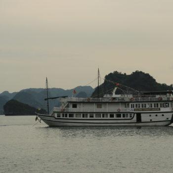Unser Schiff und Beiboot in der Halong Bay