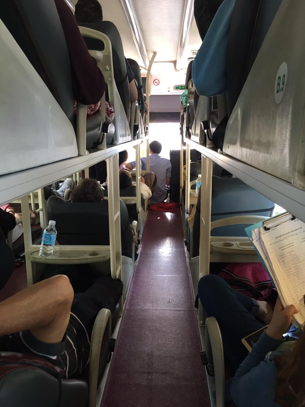 Im Sleeper Bus gibt es zwei Gänge und Liegesitze, die übereinander angeordnet sind.