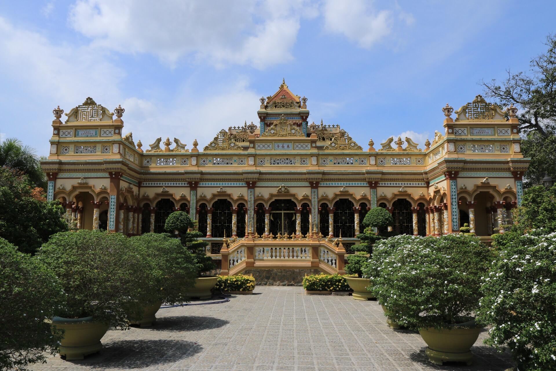 Die Frontansicht des Vinh Trang Tempels.