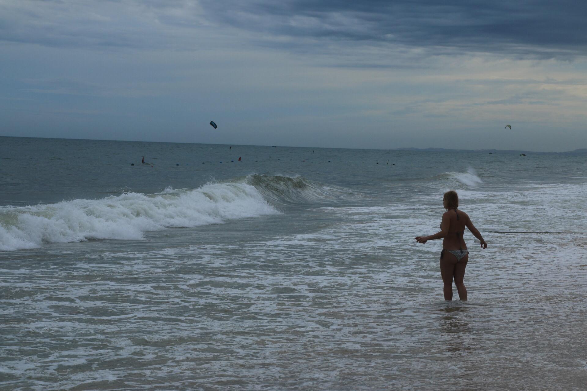 Wellen bei roter Flagge. Baden nur noch für gute Schwimmer erlaubt.
