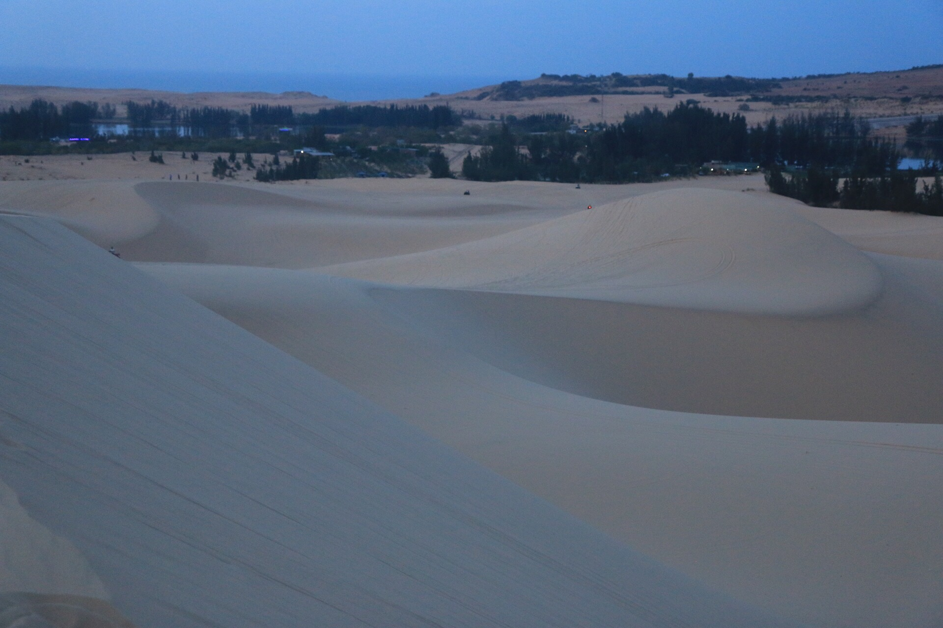 Weiße Dünen kurz vor dem Sonnenuntergang.