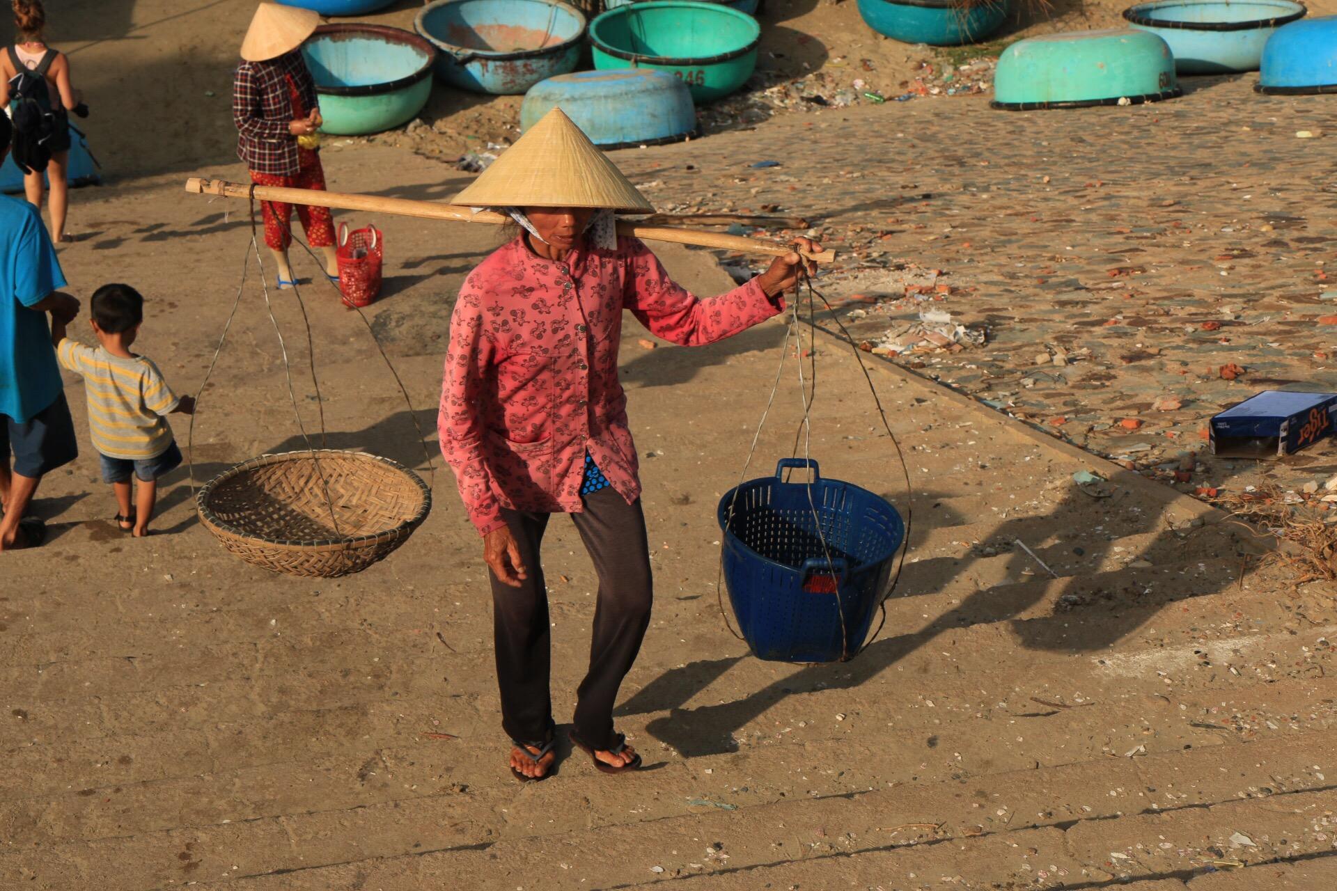 Der spitze Hut und die Tragestange. Das perfekte Symbolbild für Vietnam.
