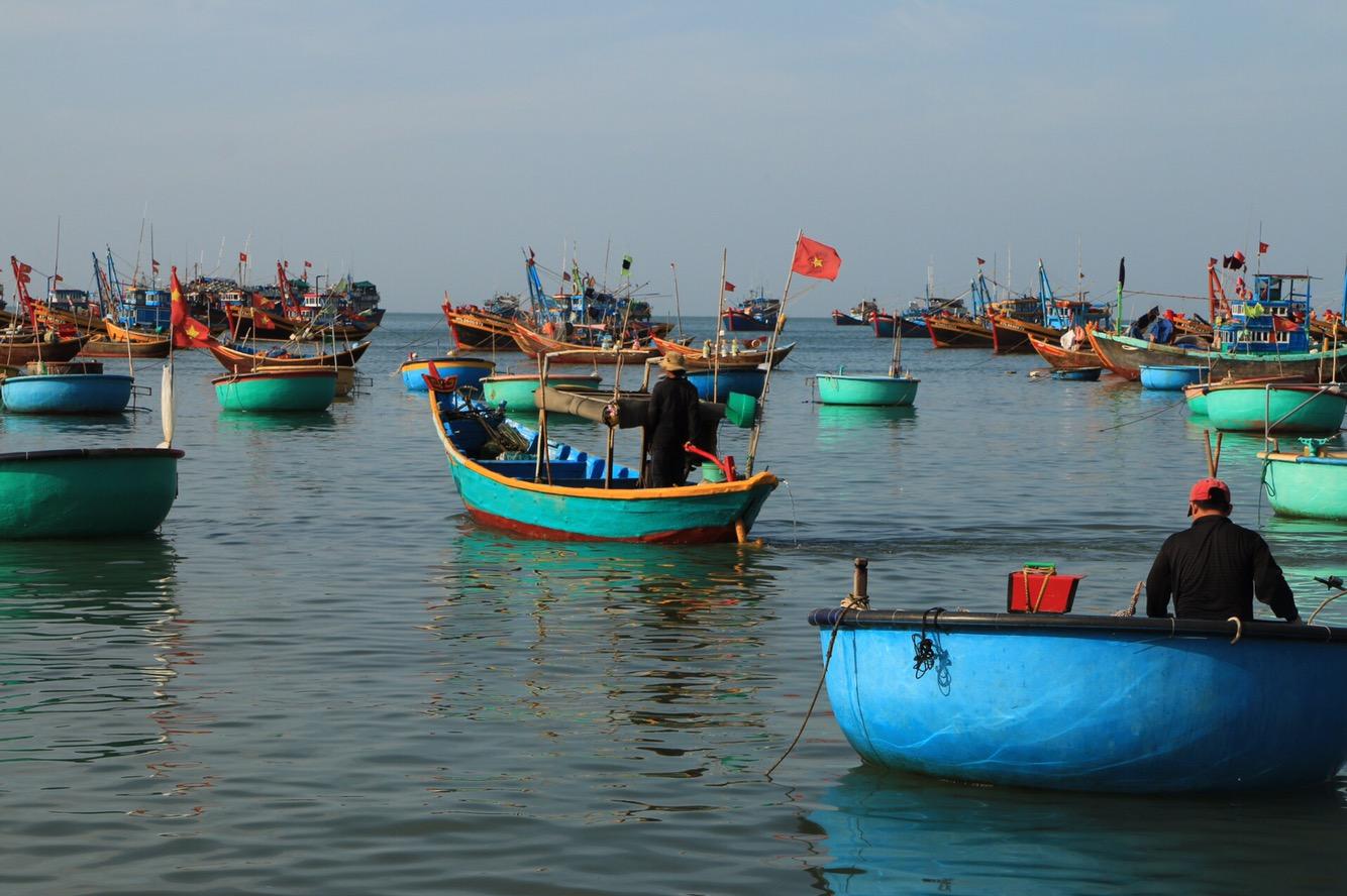Vietnamesische Flaggen überall...