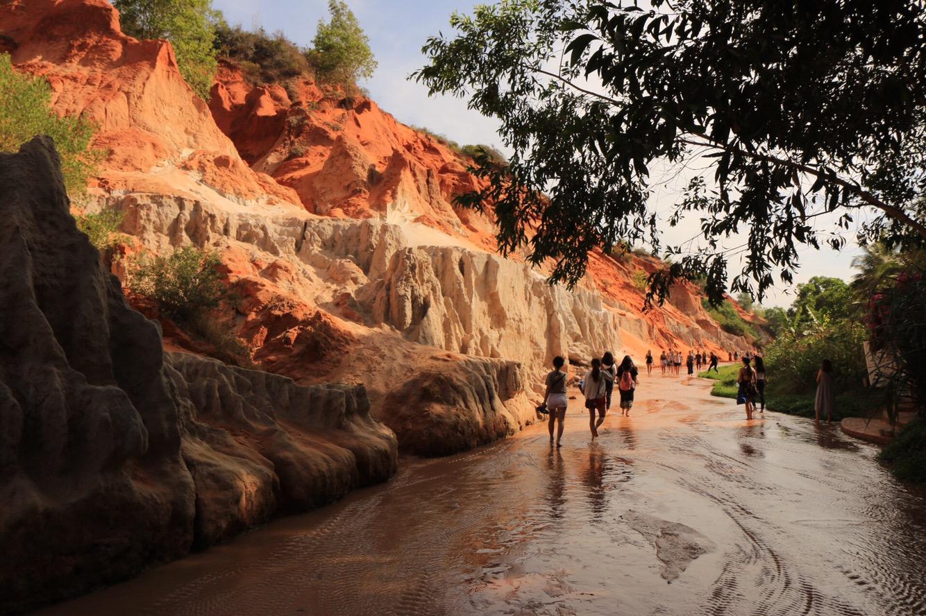 Viele Meter hohe rote Sandsteinfelsen.