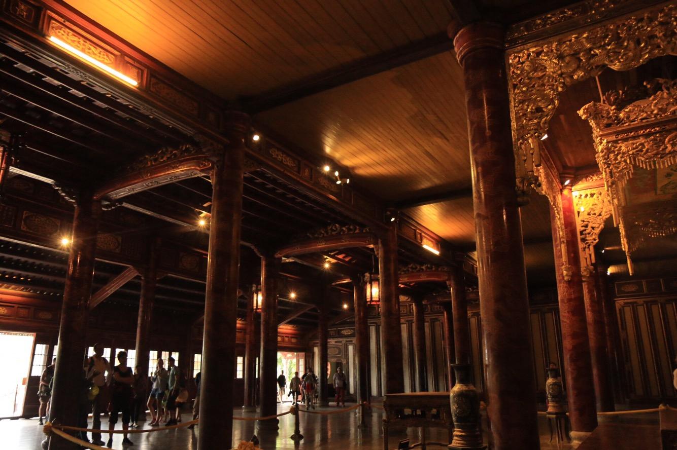 Die Ausmaße der Halle betragen 44 x 30 Meter. Das Dach wird von 80 Säulen getragen.