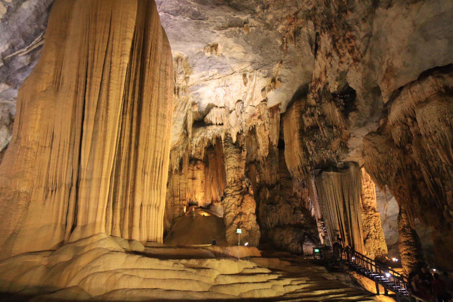 Nach einer etwas engeren Stelle, war die Höhle hier wieder 30-40 Meter hoch.
