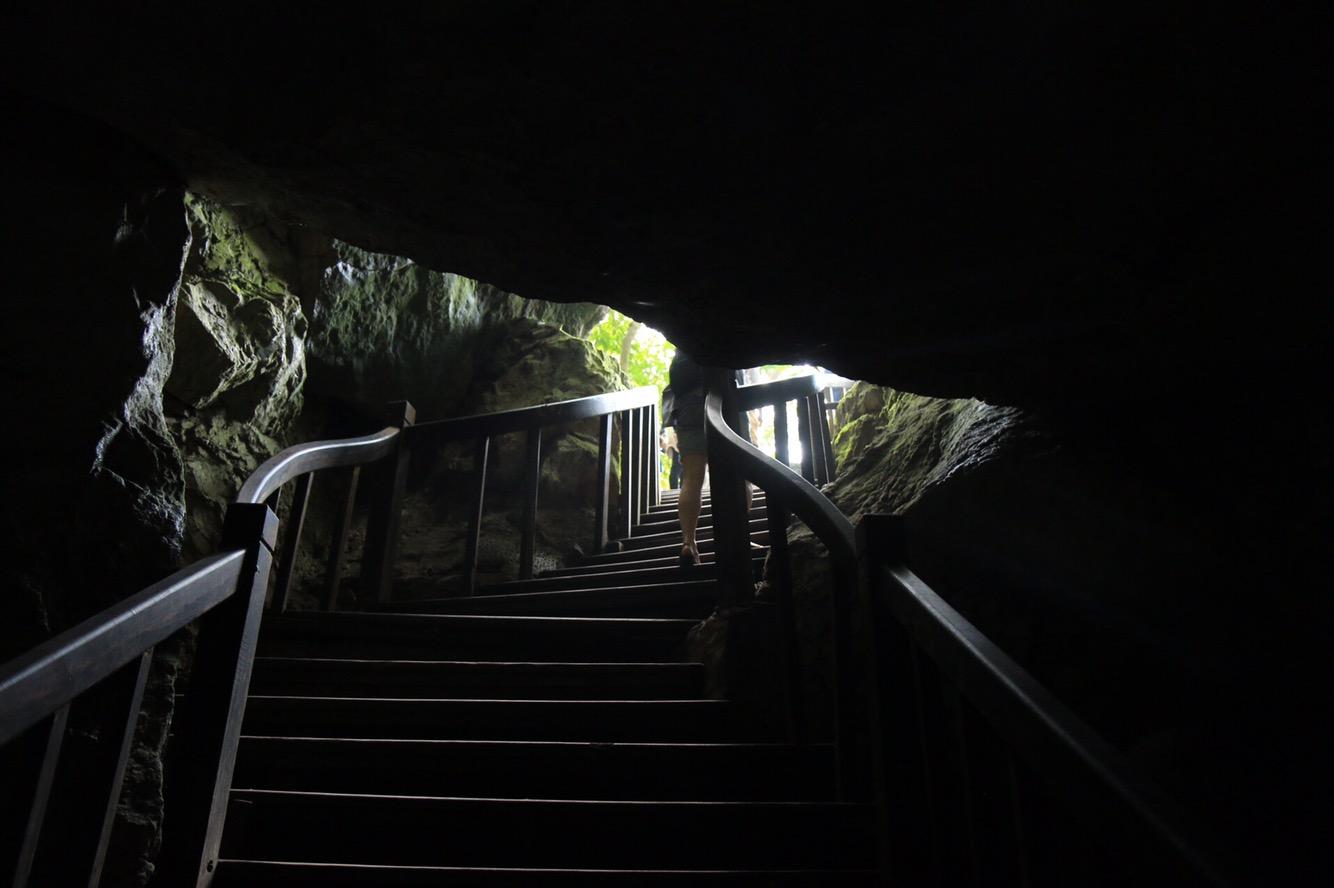Über diese Treppe unter dem Felsen hindurch ging es wieder ans Freie.