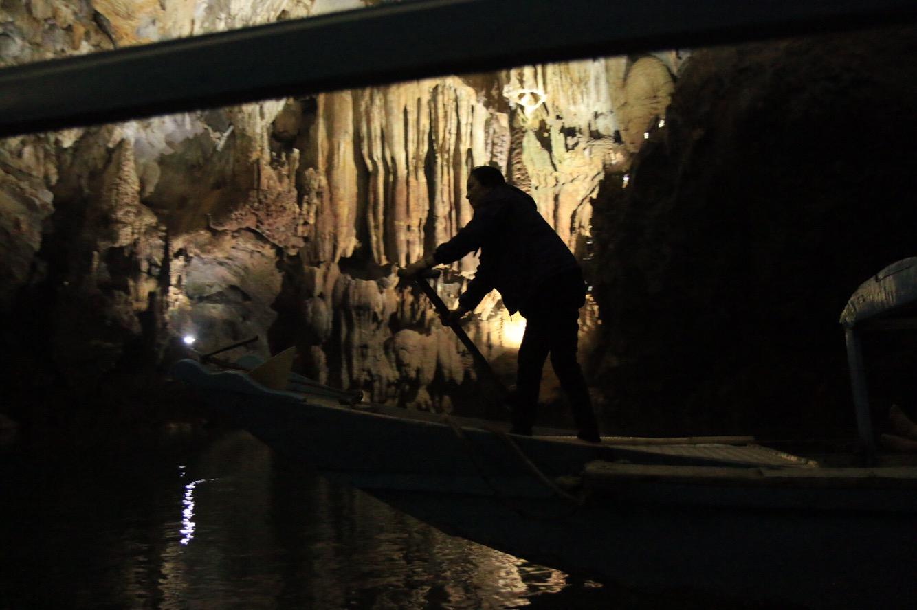 Per Ruderkraft ging es anschließend rund einen halben Kilometer in die Höhle rein.