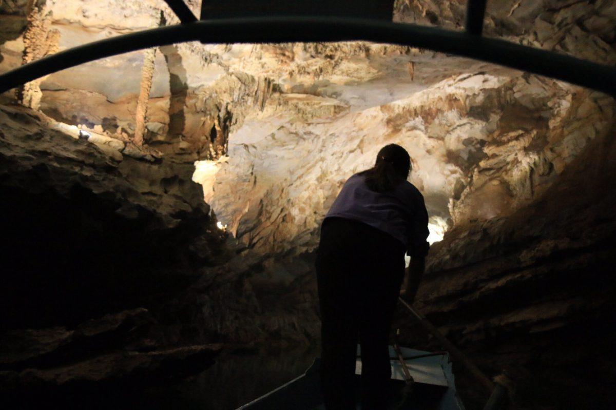 In einer der Phong Nha-Höhlen fuhr man mit dem Boot rein.