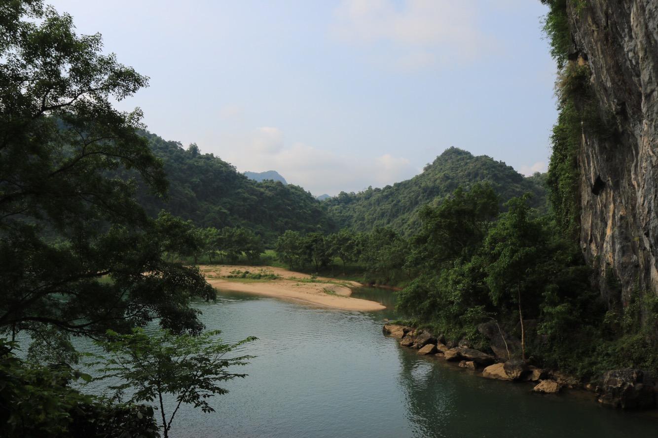Eingebettet in dieser tollen Landschaft des Nationalparks findet man die Phong Nha-Höhle.