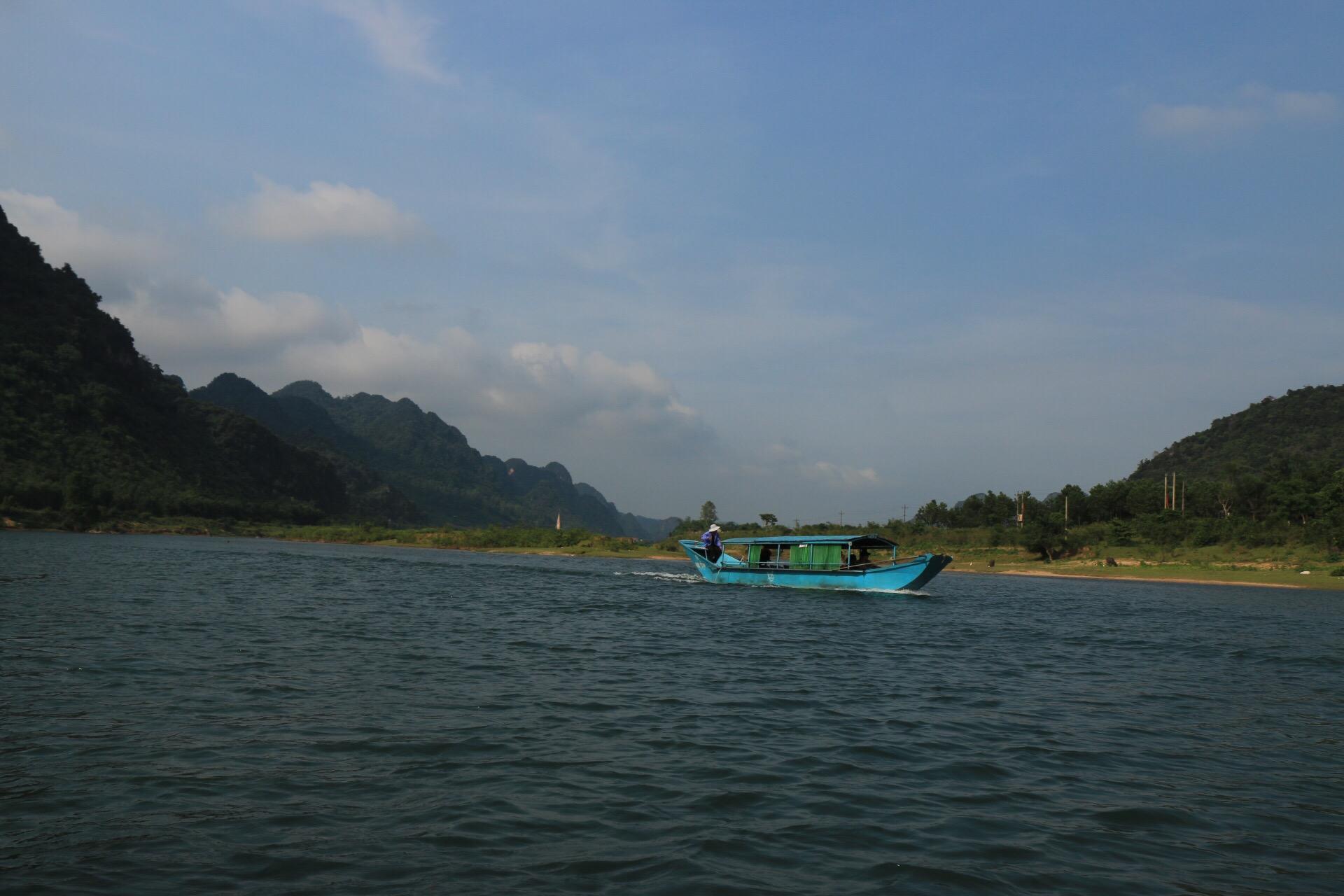 An den Dörfern entlang ging es per Boot zurück zum Minibus.