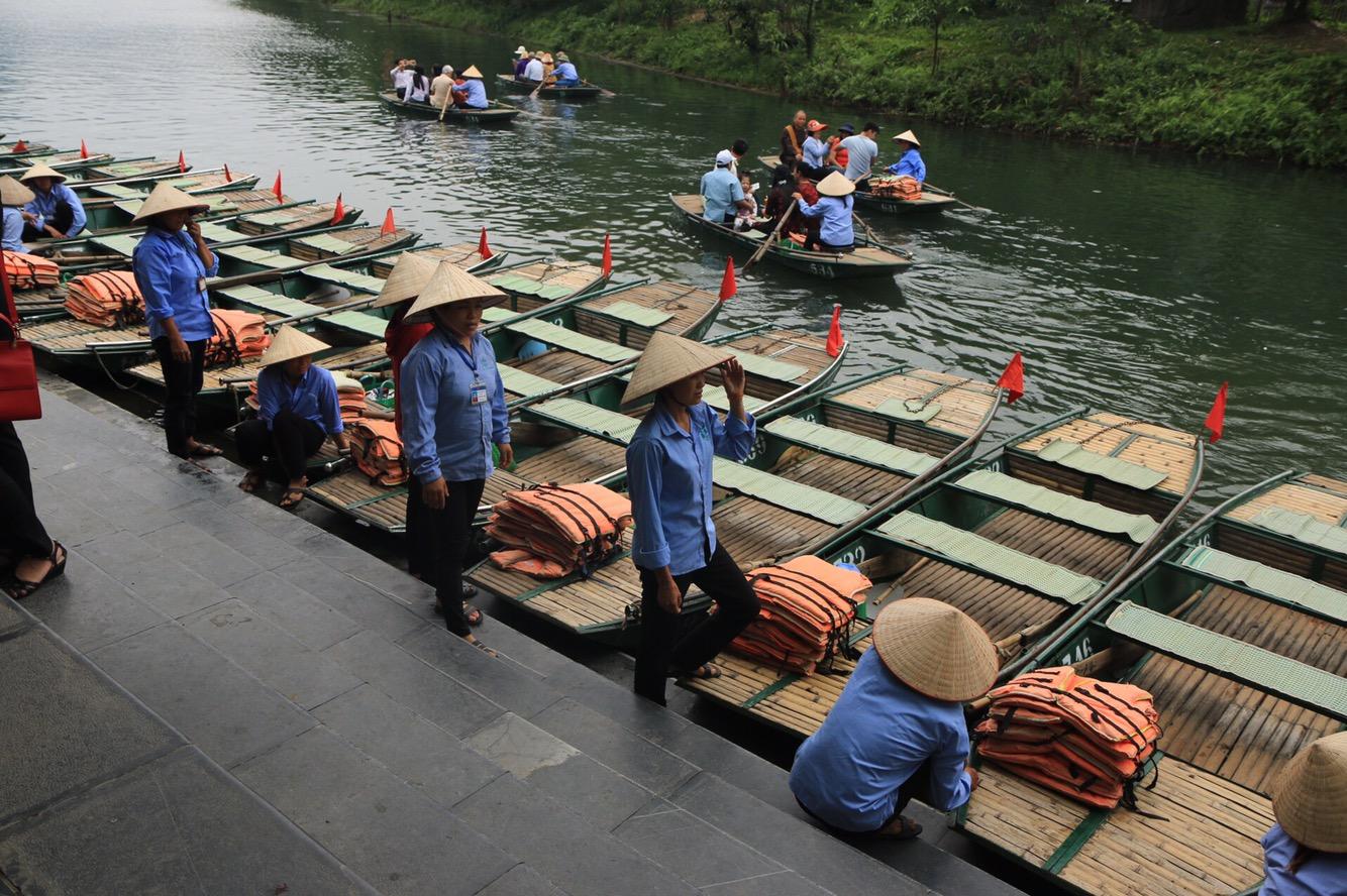 Die Ruderfrauen warteten zahlreich auf Touristen. Zusammen mit 3 Vietnamesen landete ich in einem.