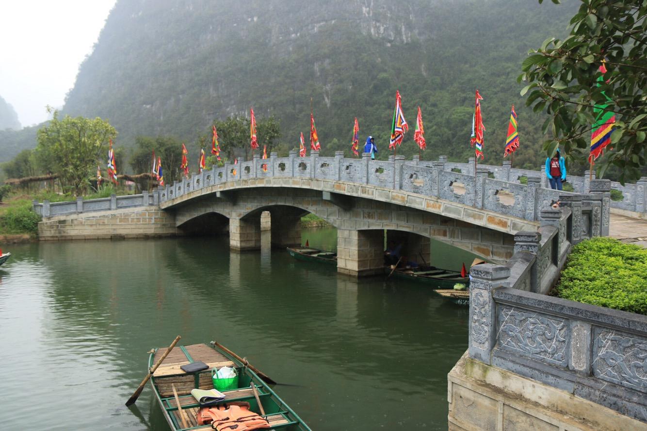 Eine kunstvolle Brücke führte zu einer Art Kloster.