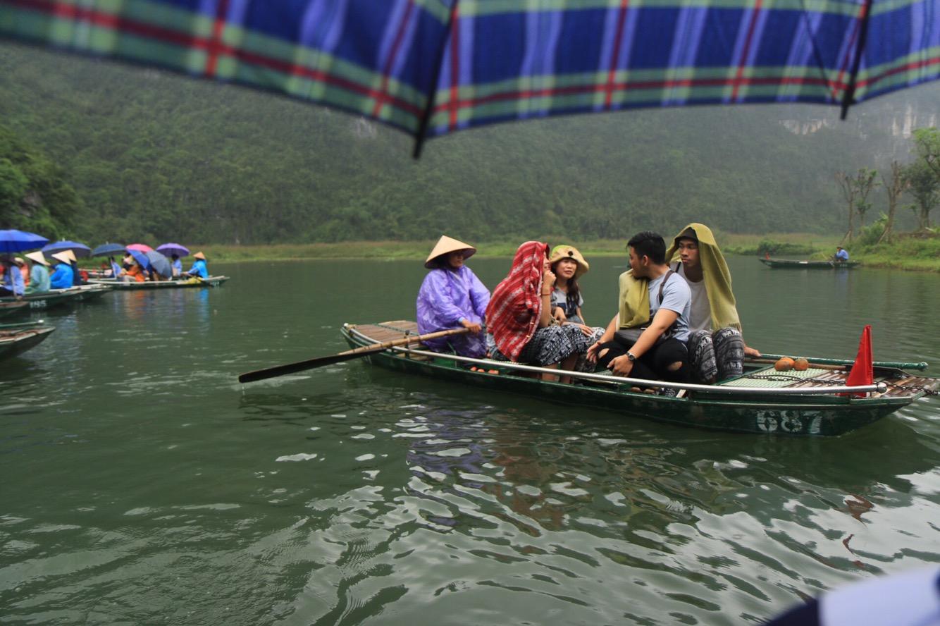 Für ein paar Minuten hatten wir mal einen Schirm aufgespannt in unserem Boot.