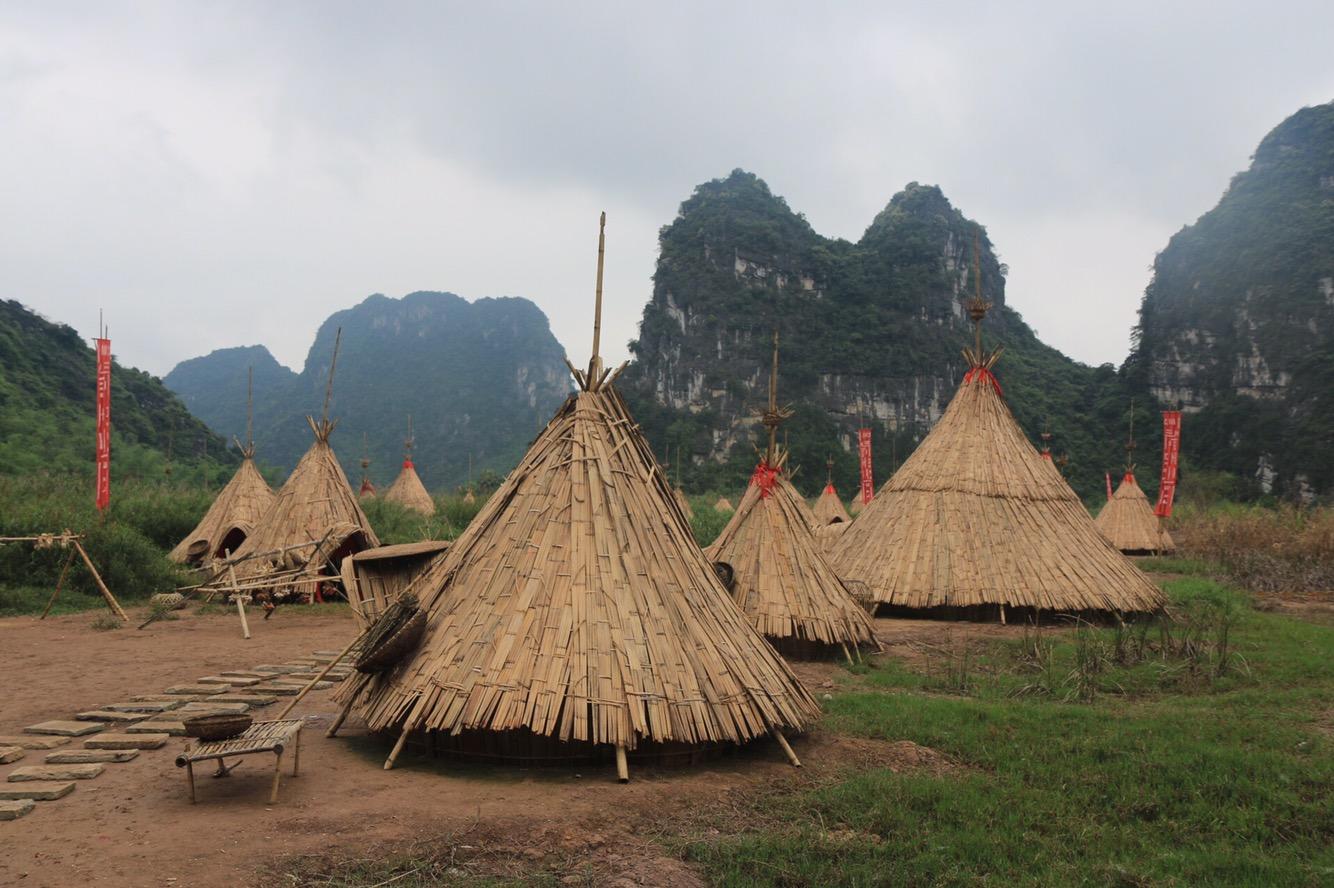 In runden Hütten wie diesen wurde hier früher gelebt.