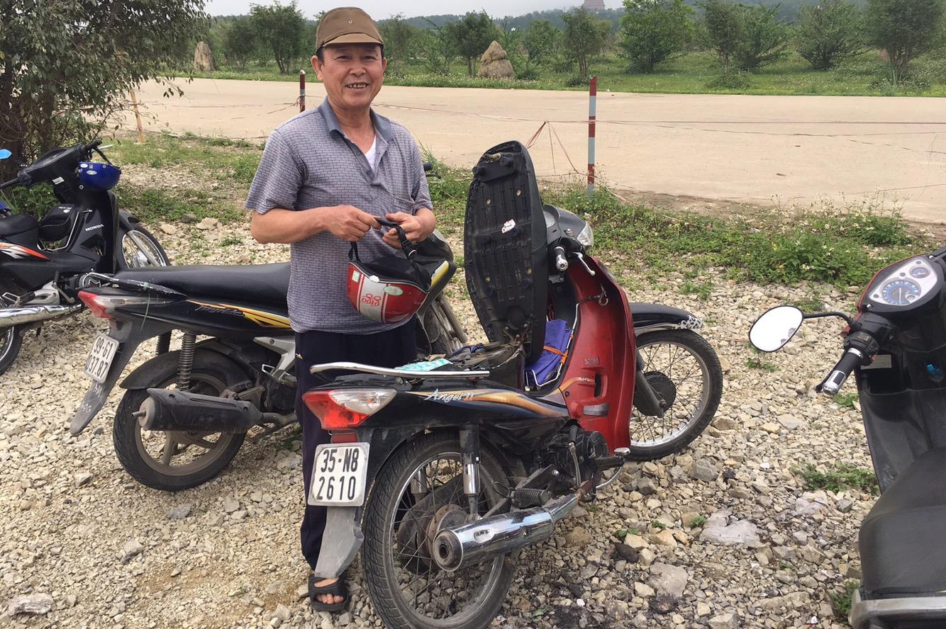 Mein Mopedfahrer für den Tag in Ninh Binh. Englisch sprach er keins..