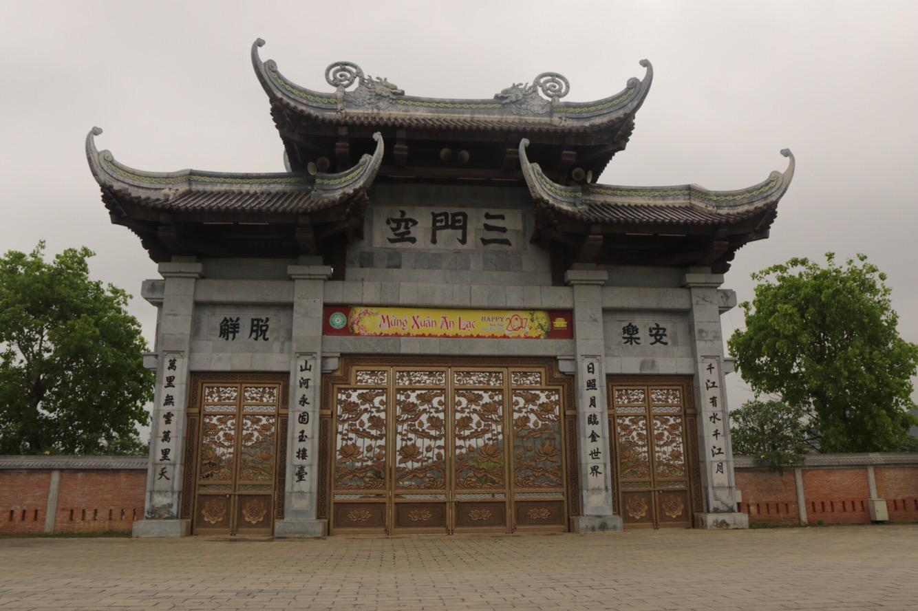Das Haupttor der Bai Dinh-Tempelanlage.