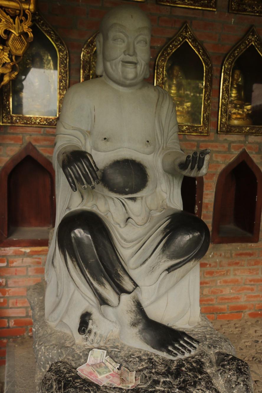 Der tausendfach berührte Buddha-Bauch.