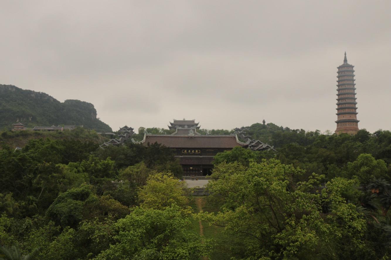In der Mitte die Haupthalle, rechts ein weitere Turm der Tempelanlage.