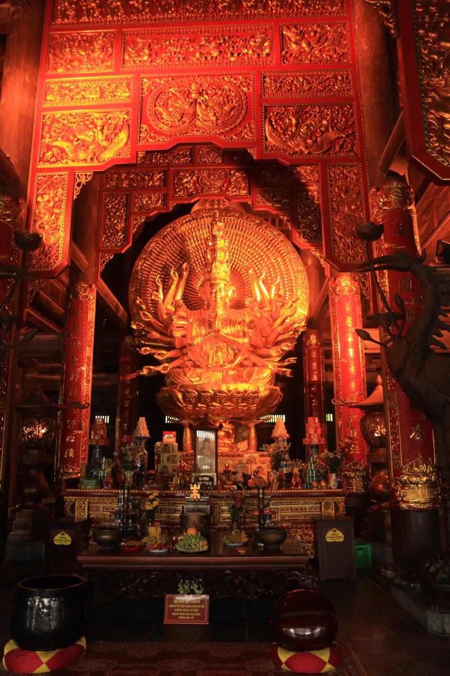 Der erste buddhistische Altar ohne blinkende LED-Lichterketten.