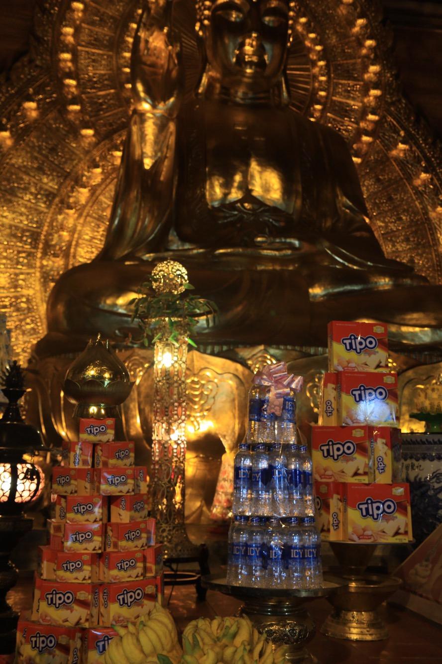 Natürlich muss man Buddha huldigen. Gerne auch mit Wasserflaschen, Keksen aber auch mal Bierdosen.