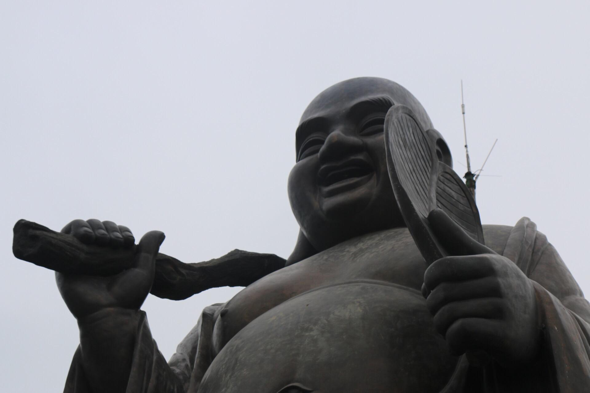 Ein 20 Meter hoher Buddha auf dem höchsten Hügel darf natürlich auch nicht fehlen.