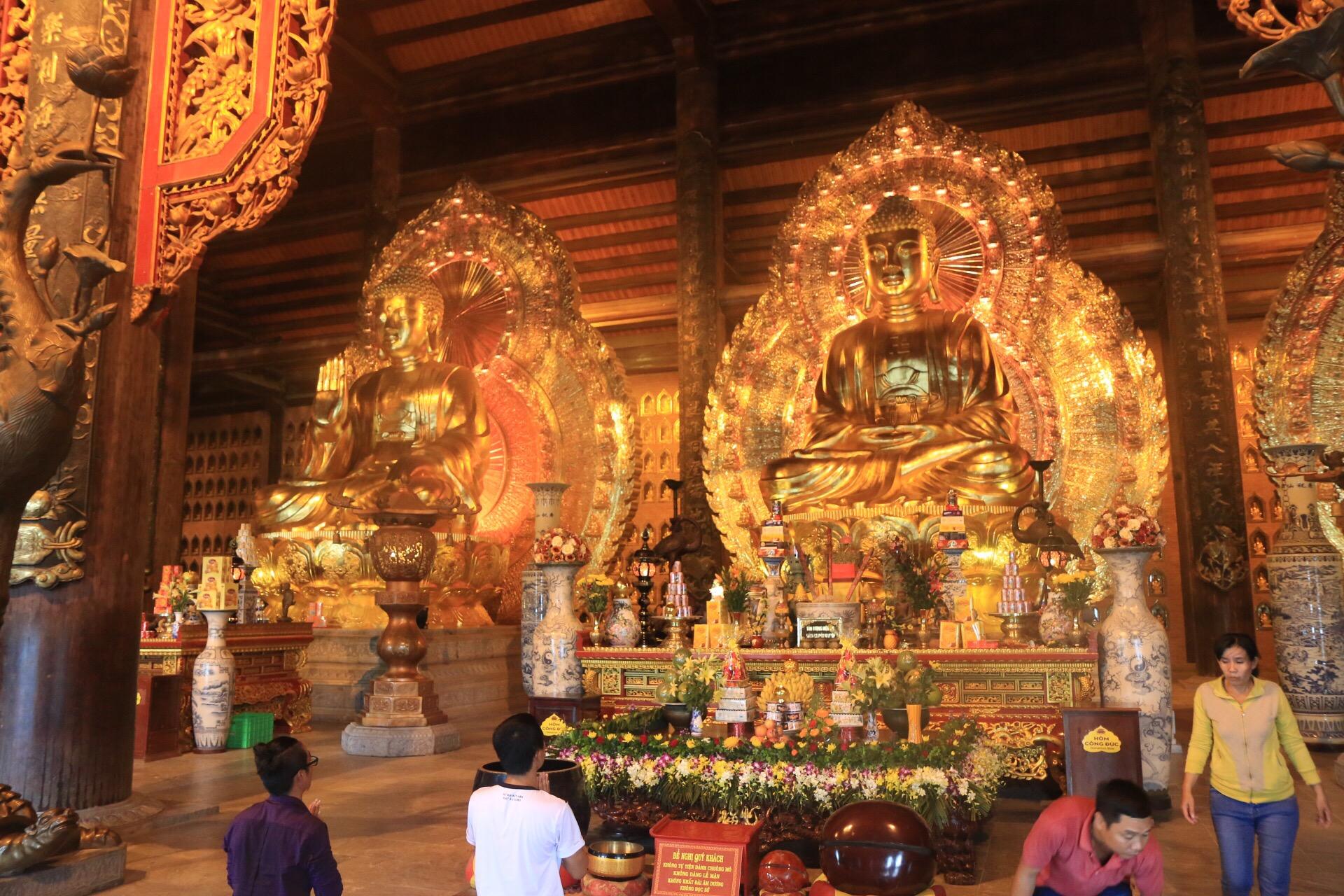 Drei riesengroße Statuen im Inneren des Tempels.