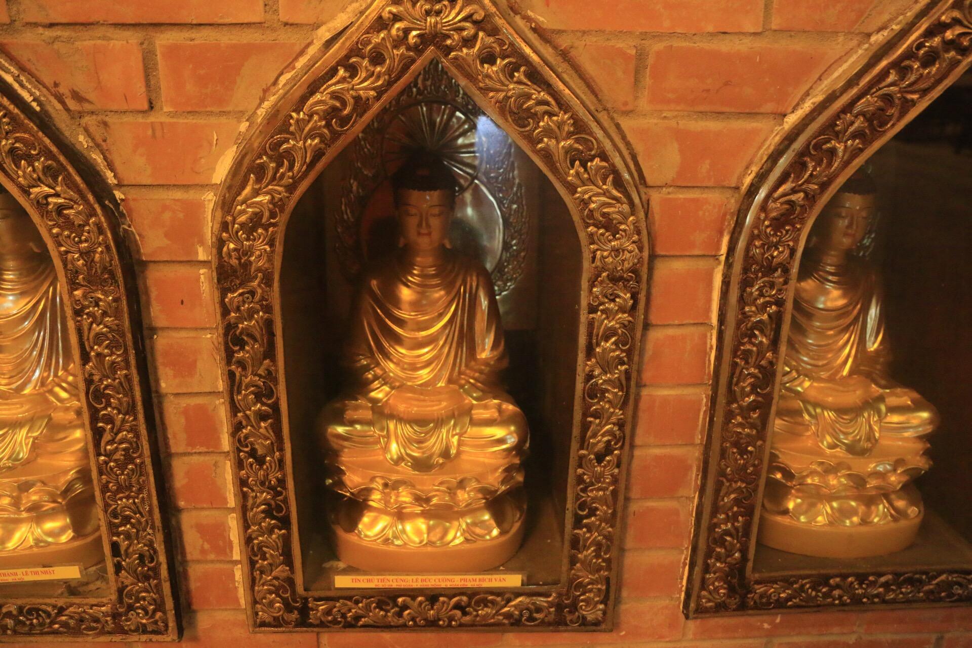 Hunderte kleine Statuen hinter Glasscheiben bildeten die Außenwand.